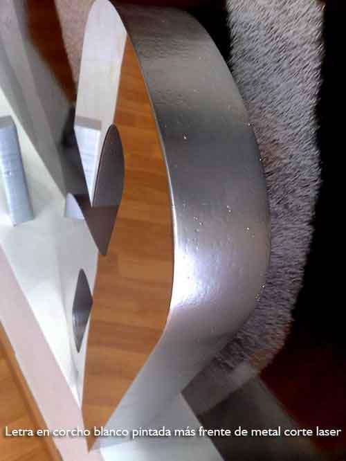 Letras corporeas metal y corcho blanco pintado